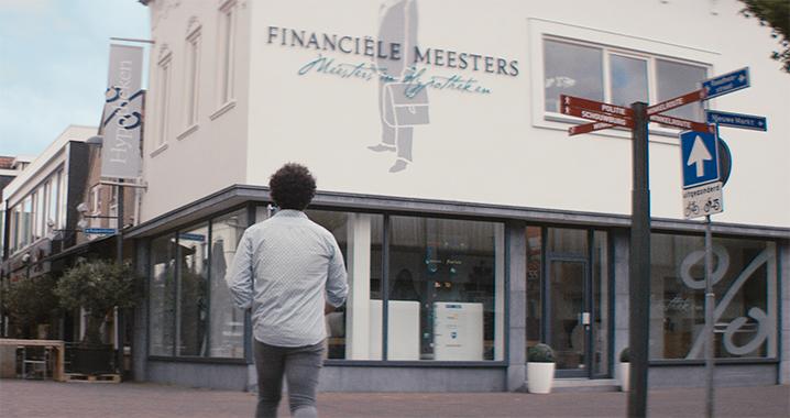 Klant van Financiële Meesters loopt naar een vestiging voor onafhankelijk hypotheekadvies