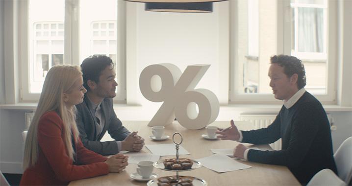 Jeffrey van Financiële Meesters Roosendaal geeft hypotheekadvies aan een stel