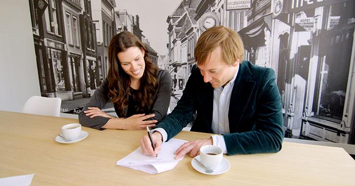 Klanten ondertekenen hypotheek